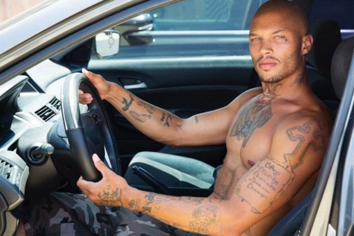 """Thirst Trapping: """"Hot Felon"""" Jeremy Meeks Posts New Photos From House Arrest"""