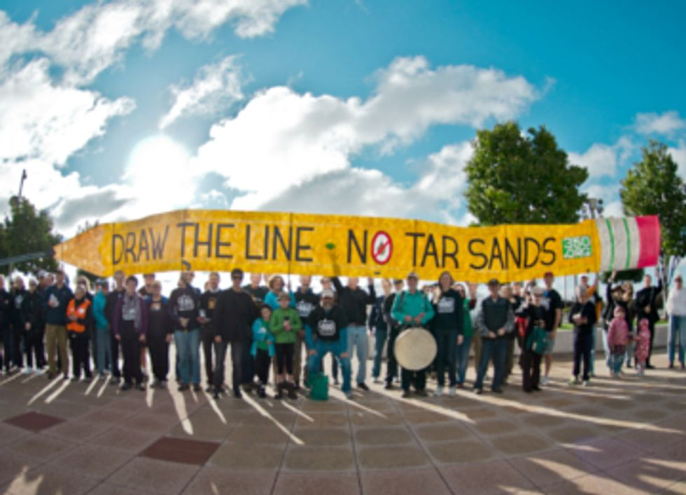 Thousands Draw the Line Protesting the Keystone XL Pipeline