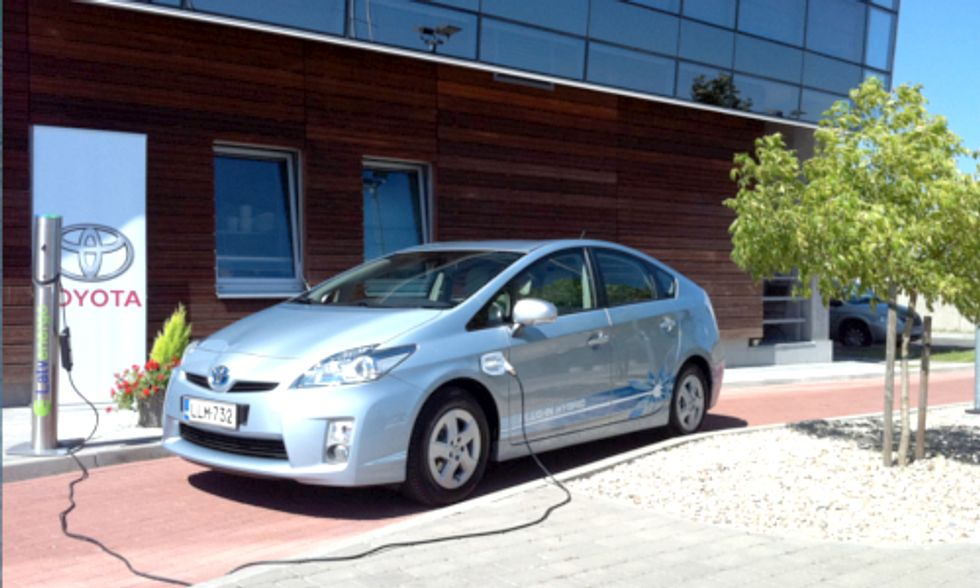 Electric Vehicles Vs. Hybrids: The Face-off For Distance, Efficiency and Reliability