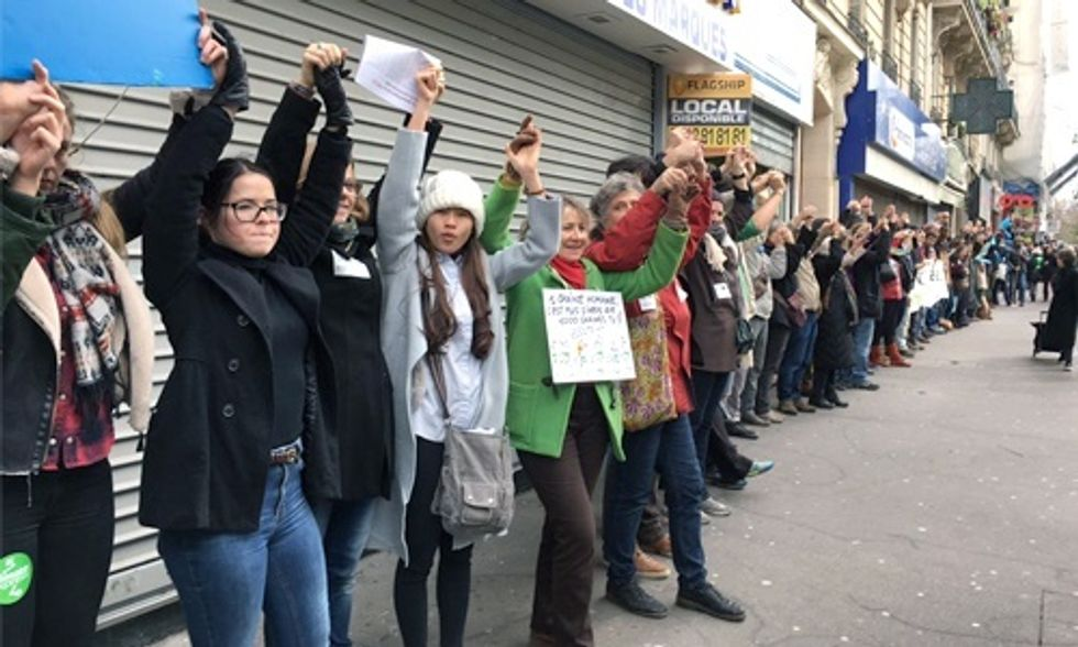 10,000 Form Human Chain in Paris Demanding World Leaders Keep Fossil Fuels in the Ground