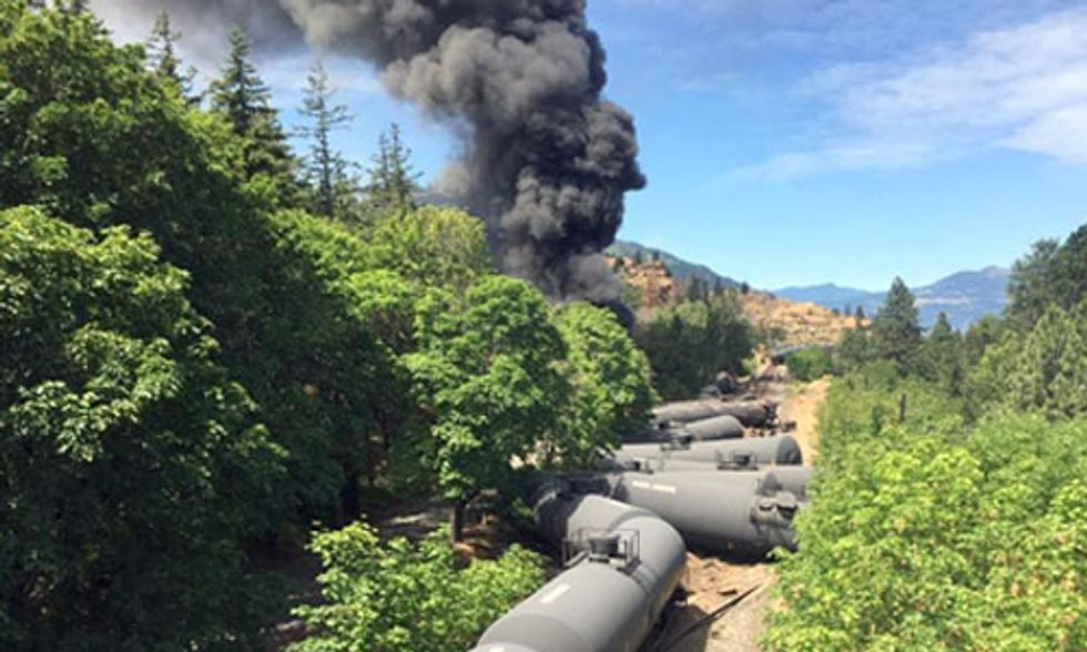 Oil Train Derails in Columbia River Gorge, Rally Calls for Ban on 'Bomb Trains'