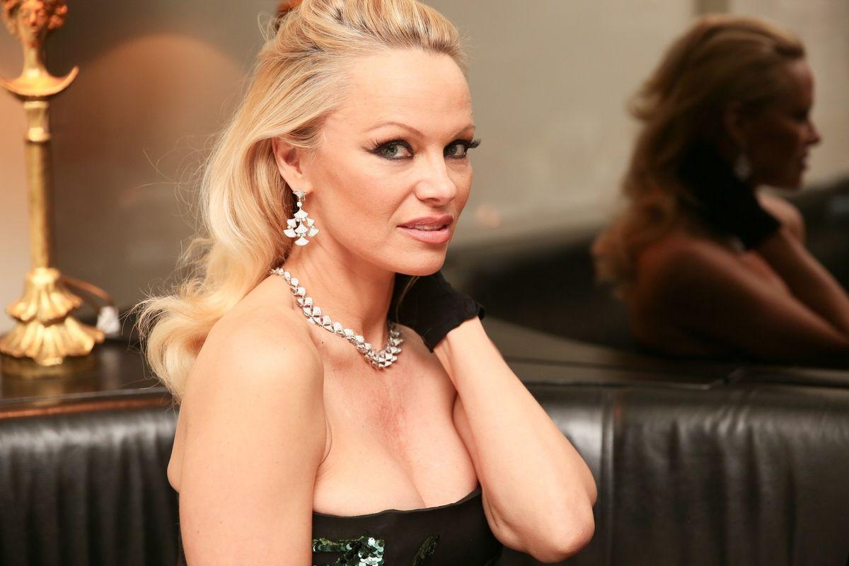 Conspiracy Theorists Now Think That Pamela Anderson Murdered Julian Assange With A Vegan Sandwich