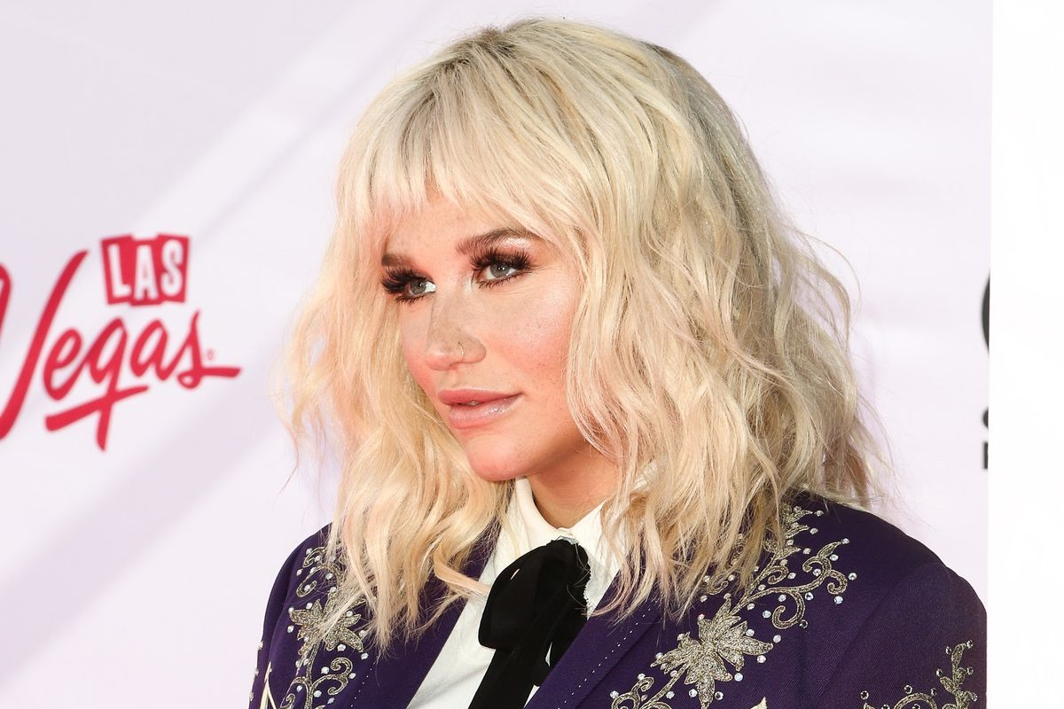 Kesha Accepts Award and Talks About Her Eating Disorder Struggles