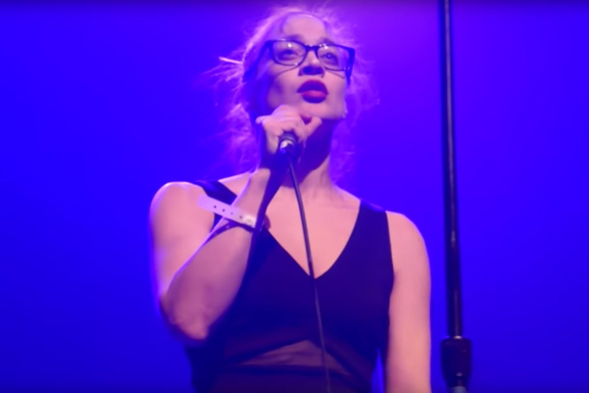 """Watch Fiona Apple Perform """"Trump's Nuts Roasting On An Open Fire"""" In Rare Live Appearance"""