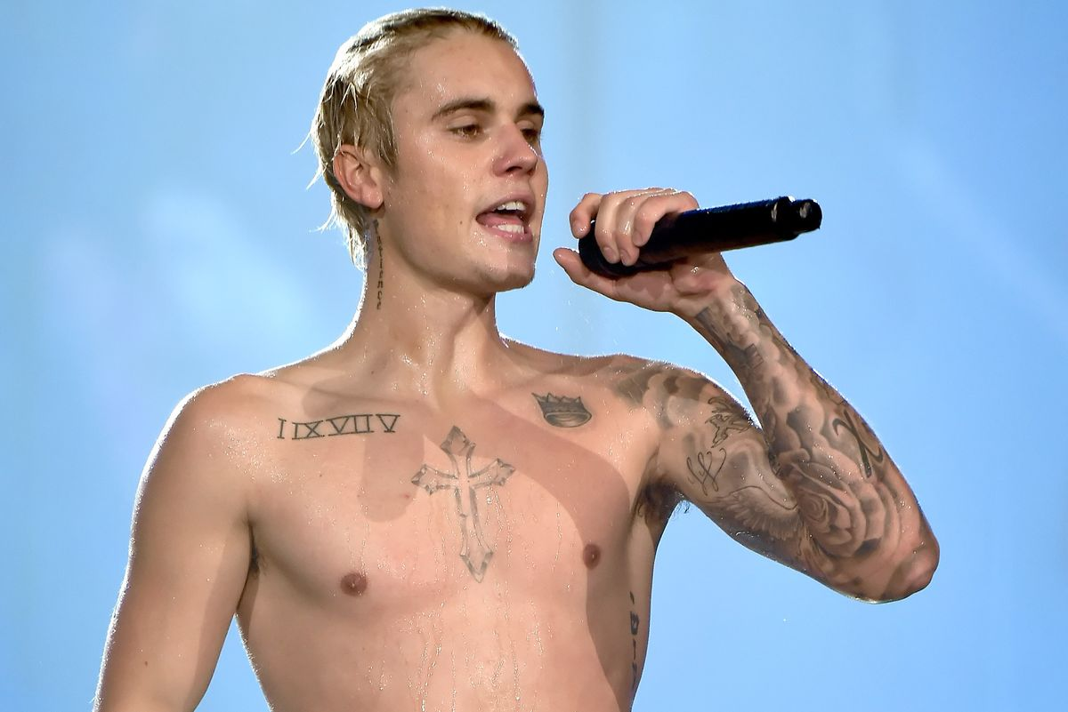 """Justin Bieber Fan Throws Shoe at Him When He Refuses to Perform """"Despacito"""""""