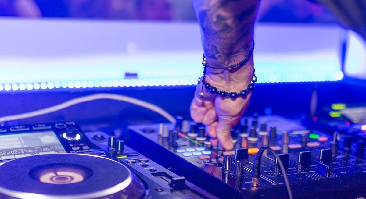 20 Songs That Will Cost Any College Student Their 'Aux Cord Privileges'