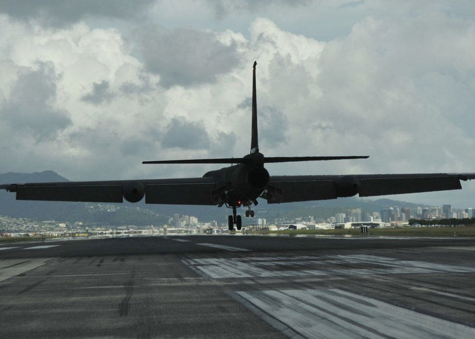 How the legendary U-2 spy plane landed on an aircraft
