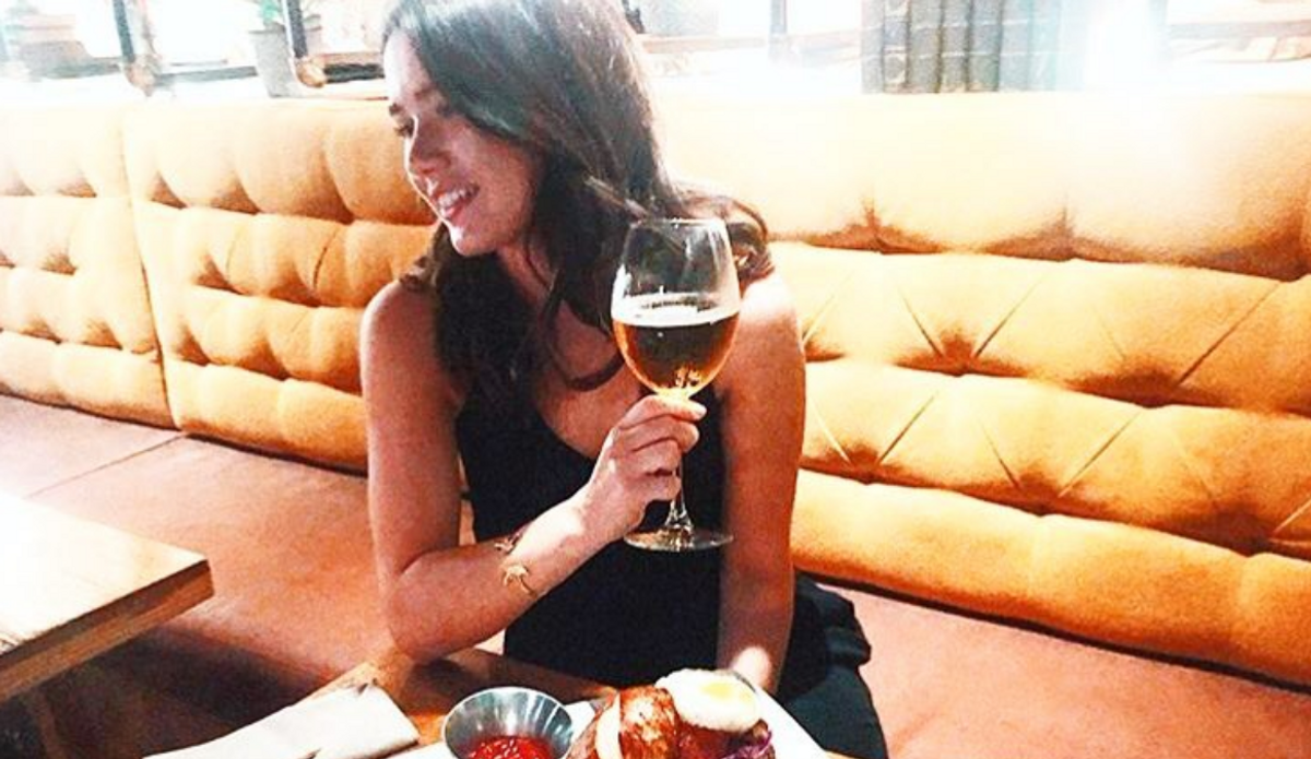 7 Reasons You Should 100% Date The Girl Who Goes To The Bar Alone