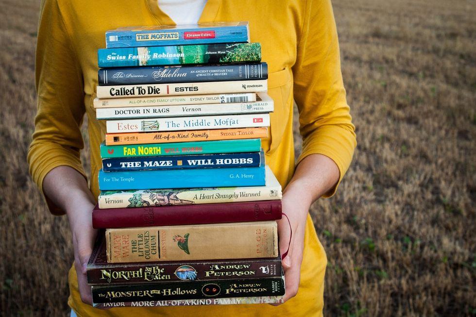 https://pixabay.com/en/books-reading-girl-people-1605416/