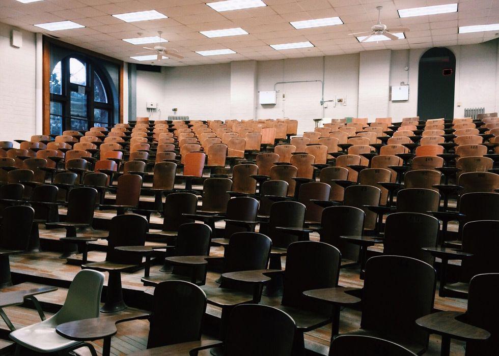 https://www.pexels.com/photo/auditorium-chairs-classroom-college-356065/