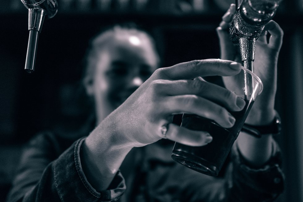 8 Things You Know, And Do, If You're Dating A Server Or Bartender