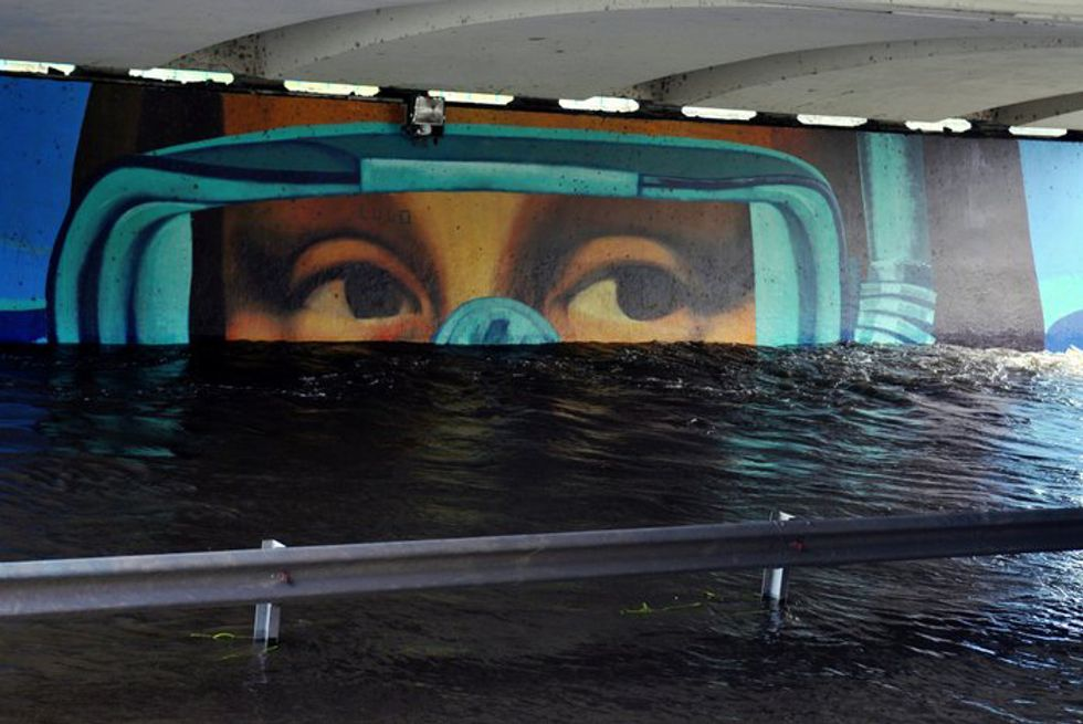 Graffiti mural of Mona Lisa underwater.