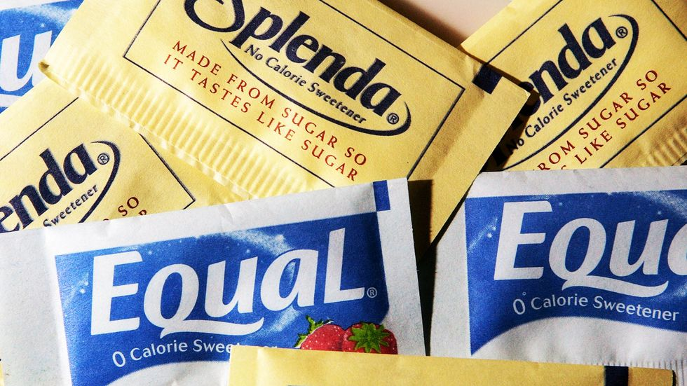 Packages of Equal and Splenda artificial sweeteners are displayed at a coffee shop. (Credit: Justin Sullivan/Getty Images)