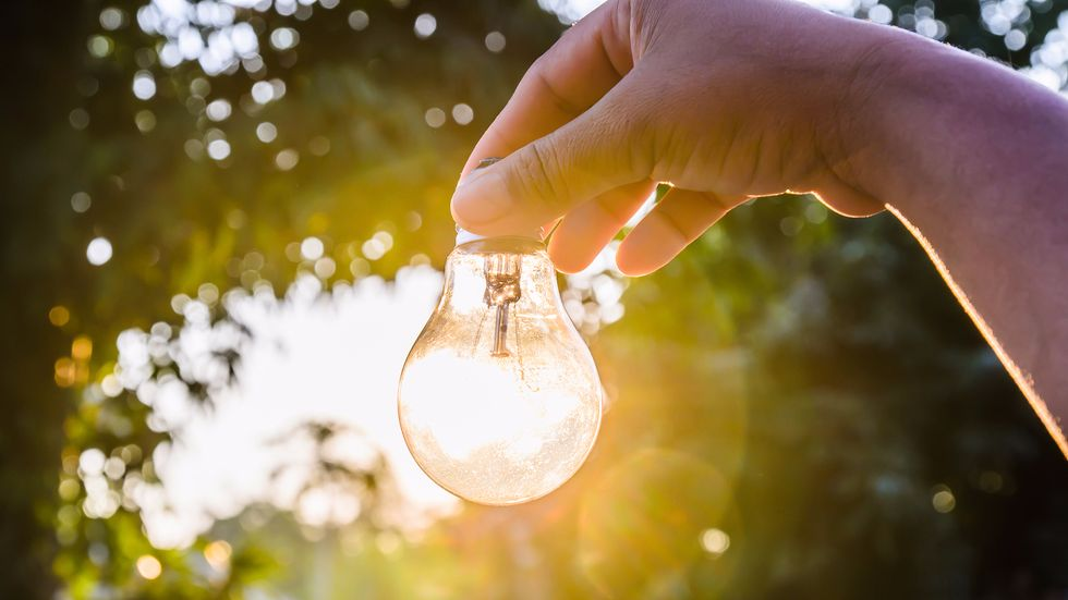 """MIT Scientists """"Recycle Light"""" To Make The Most Efficient Light Bulb Ever"""