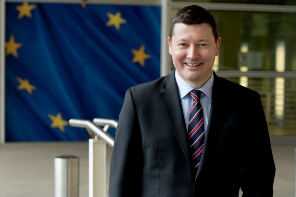 Nomina truffa, l'Ue grazia il delfino di Juncker