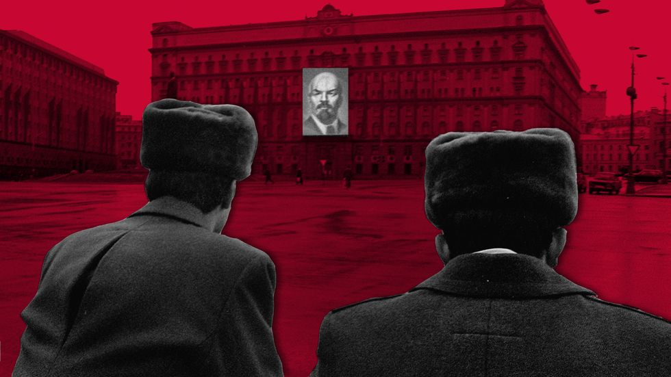 Soviet policemen standing guard in front of the KGB building in Moscow, with a portrait of Vladimir Lenin on it. (Photo: ALEXANDER NEMENOV/AFP/Getty Images)