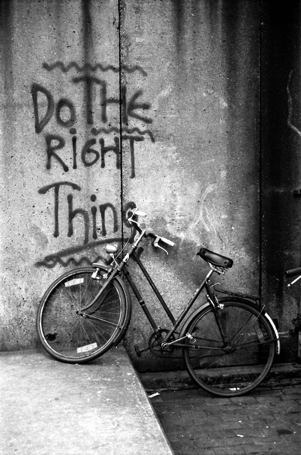 https://upload.wikimedia.org/wikipedia/commons/0/09/Do_The_Right_Thing_graffiti_Amsterdam.jpg