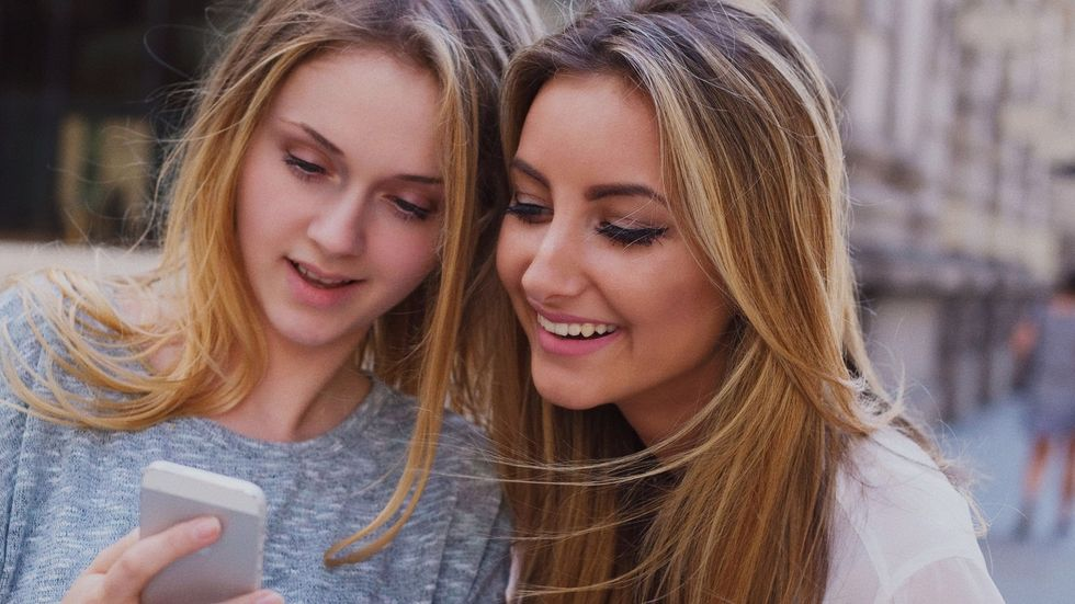 7 Thoughts Your Friend Who DOESN'T Use Social Media Thinks About You