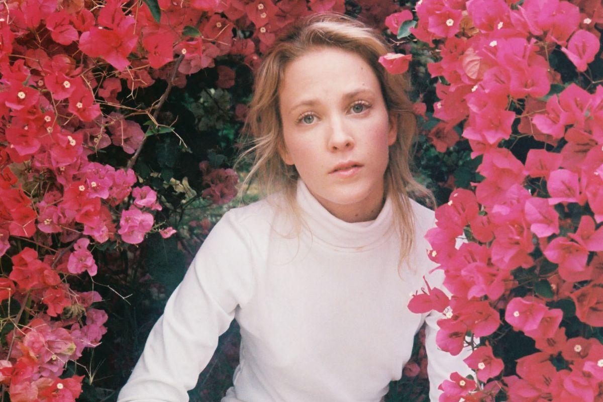 Hear Emma Louise's Gender-Bending, Adele-Worthy Ballads