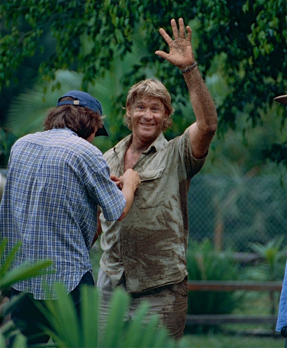 https://upload.wikimedia.org/wikipedia/commons/d/d3/The_Late_%22_Crocodile_Hunter_%22_Steve_Irwin_after_playing_with_Dingos_%2810248657575%29.jpg