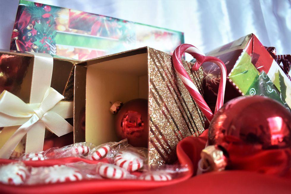 https://unsplash.com/search/photos/girlfriend-christmas-gift