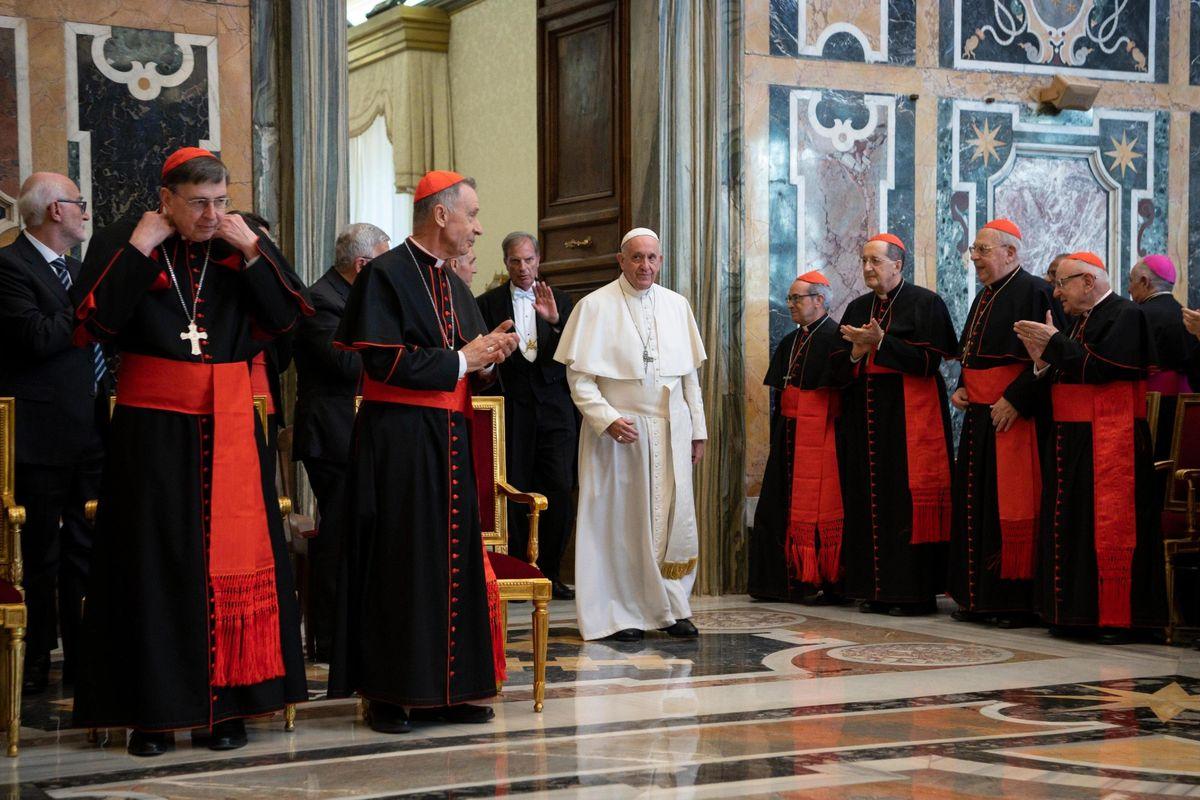 Il Papa: «Troppe lobby scavalcano i popoli»