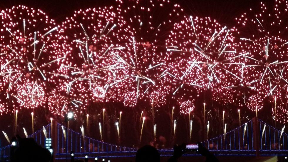 https://upload.wikimedia.org/wikipedia/commons/3/39/2018_New_Year%27s_Eve_Celebration_in_Dalian_%28Self-participation%3B_Firework-1st%29.jpg