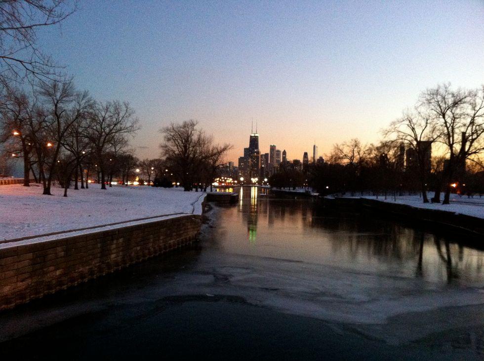 https://upload.wikimedia.org/wikipedia/commons/4/4e/Chicago_at_Dusk_in_December.JPG