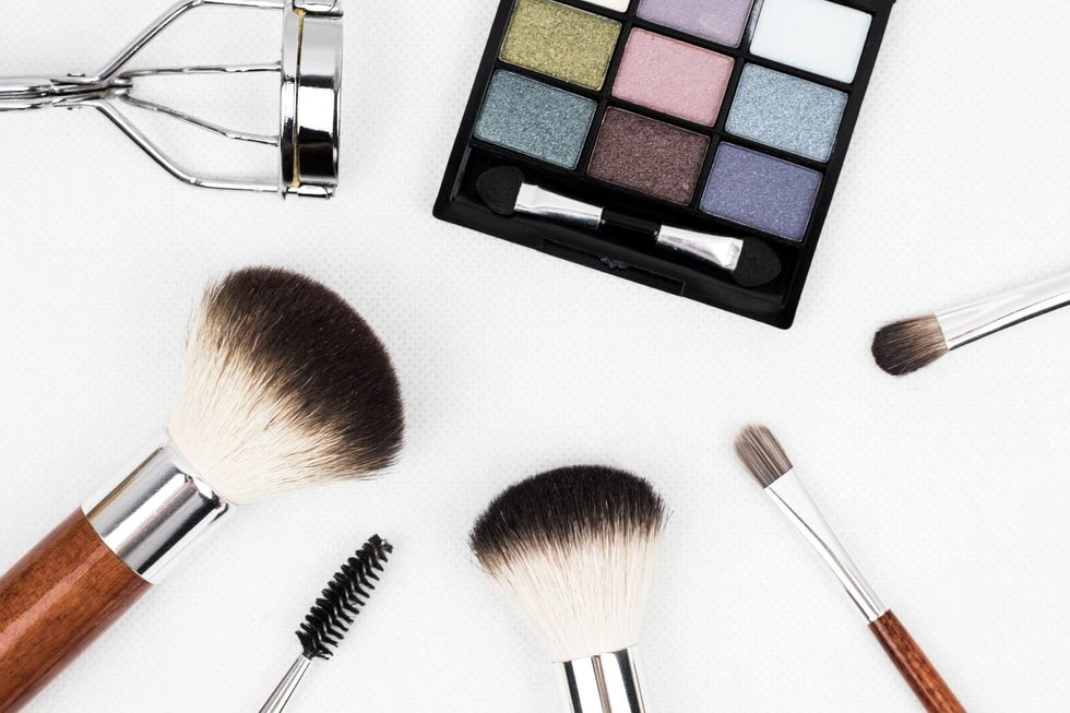 https://www.pexels.com/photo/black-make-up-palette-and-brush-set-208052/