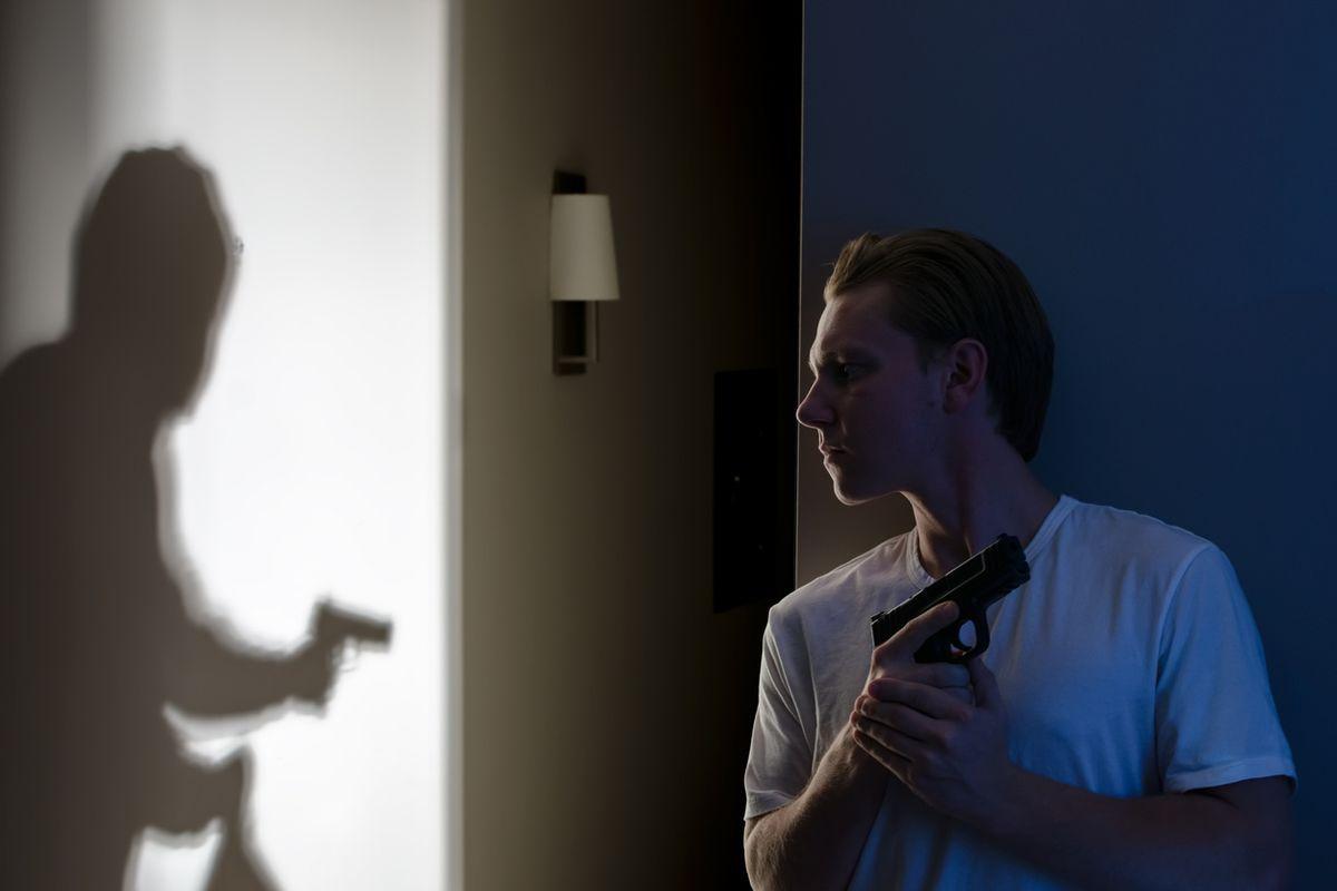 Rapina in villa con tortura. E non si deve sparare?