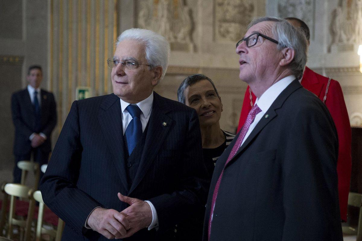 Mattarella difende gli euroburocrati che da mesi ci riempiono di insulti. Le difficoltà per entrare in Lussemburgo