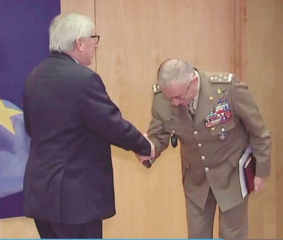 Il generale italiano arruolato dall'Ue va a Bruxelles e si inchina a Juncker