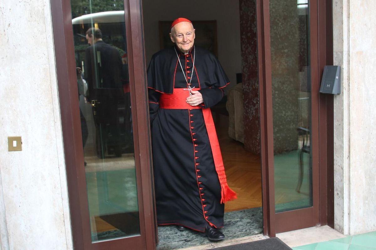 Per il caso McCarrick salta un cardinale. Tutti i capi dei vescovi convocati in Vaticano