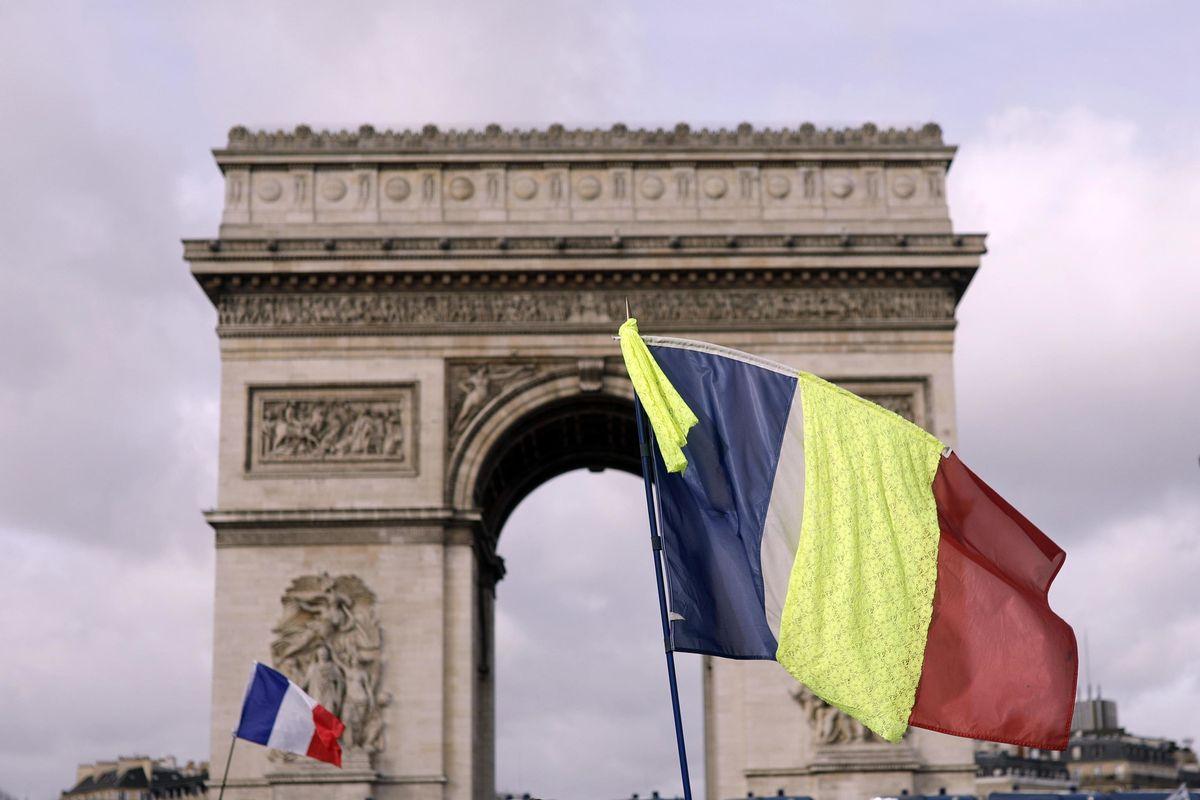 Macron si consegna ai gilet gialli