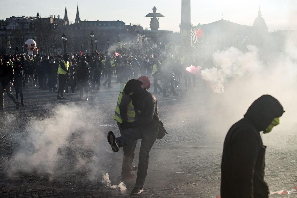 Macron in crisi di nervi arresta i liceali