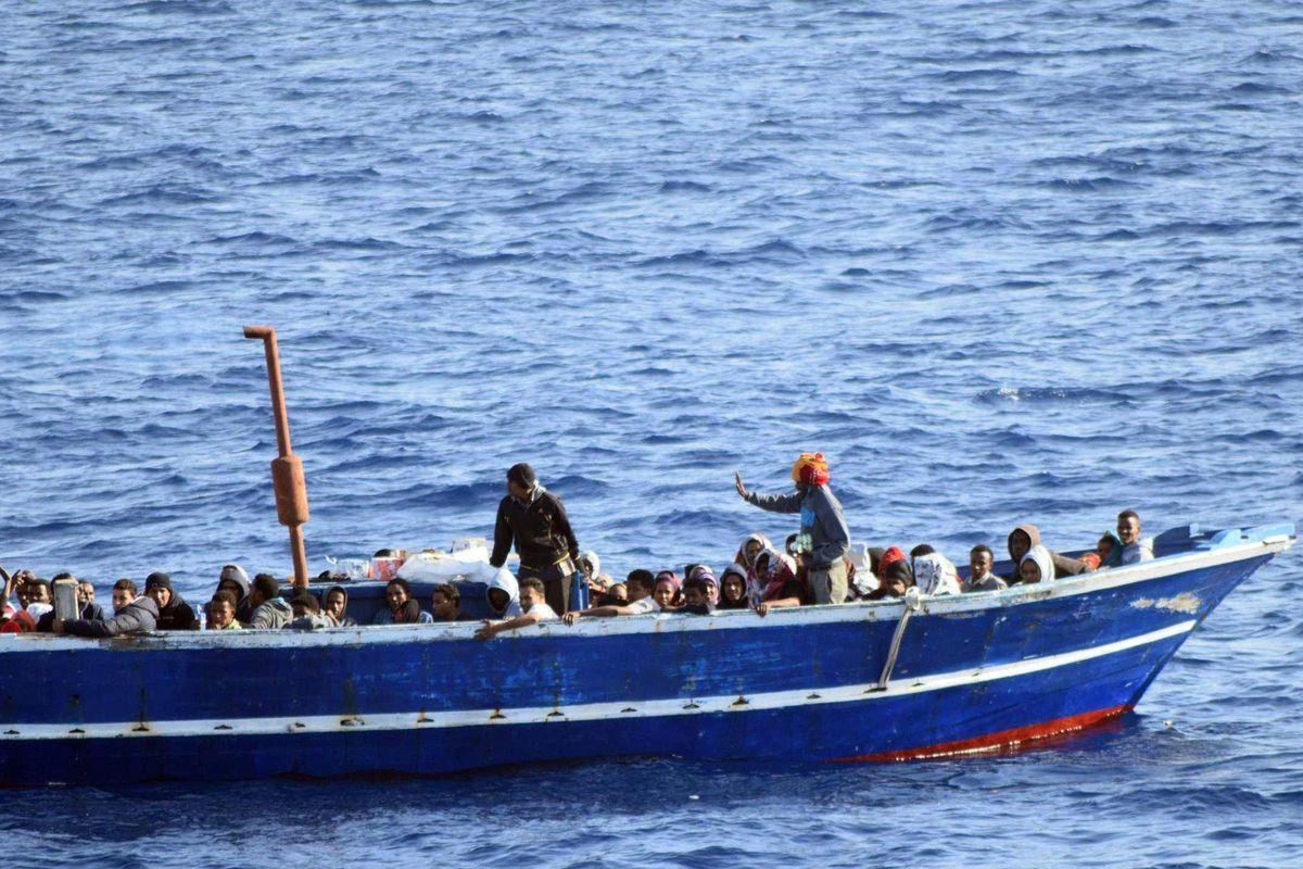 Il prelato la spara grossa:«Le foibe di oggi sono le stragi del mare»