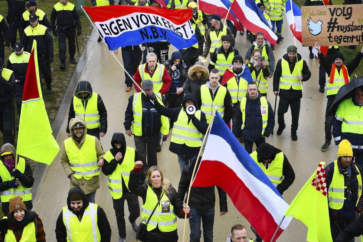 La Francia è bloccata. E ora i gilet gialli vogliono i colonnelli