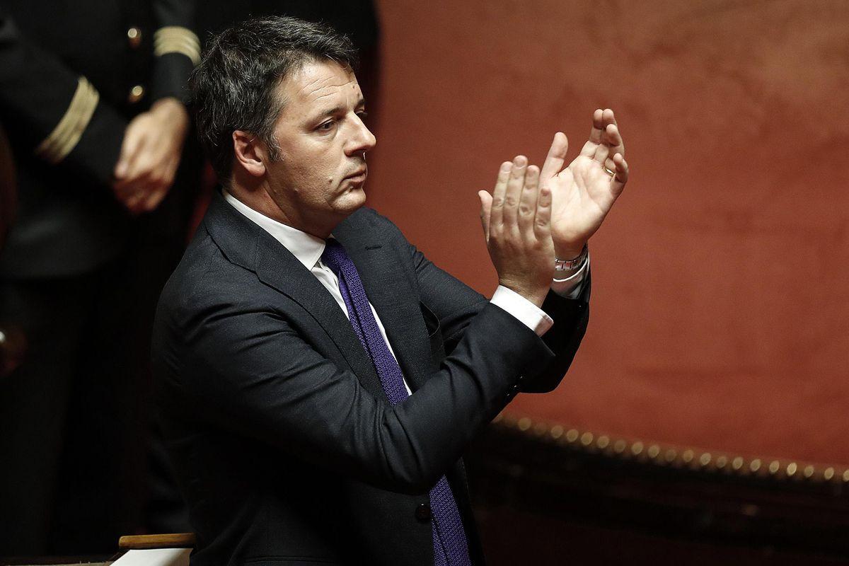 Renzi si degna di passare in Senato. Ma intanto Farinetti lo scarica