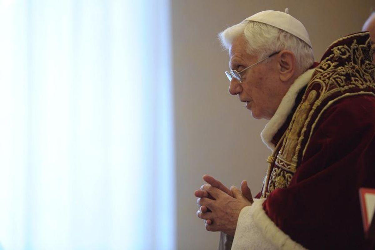 Tutti gli indizi lasciati da Benedetto per farci capire che è ancora Papa