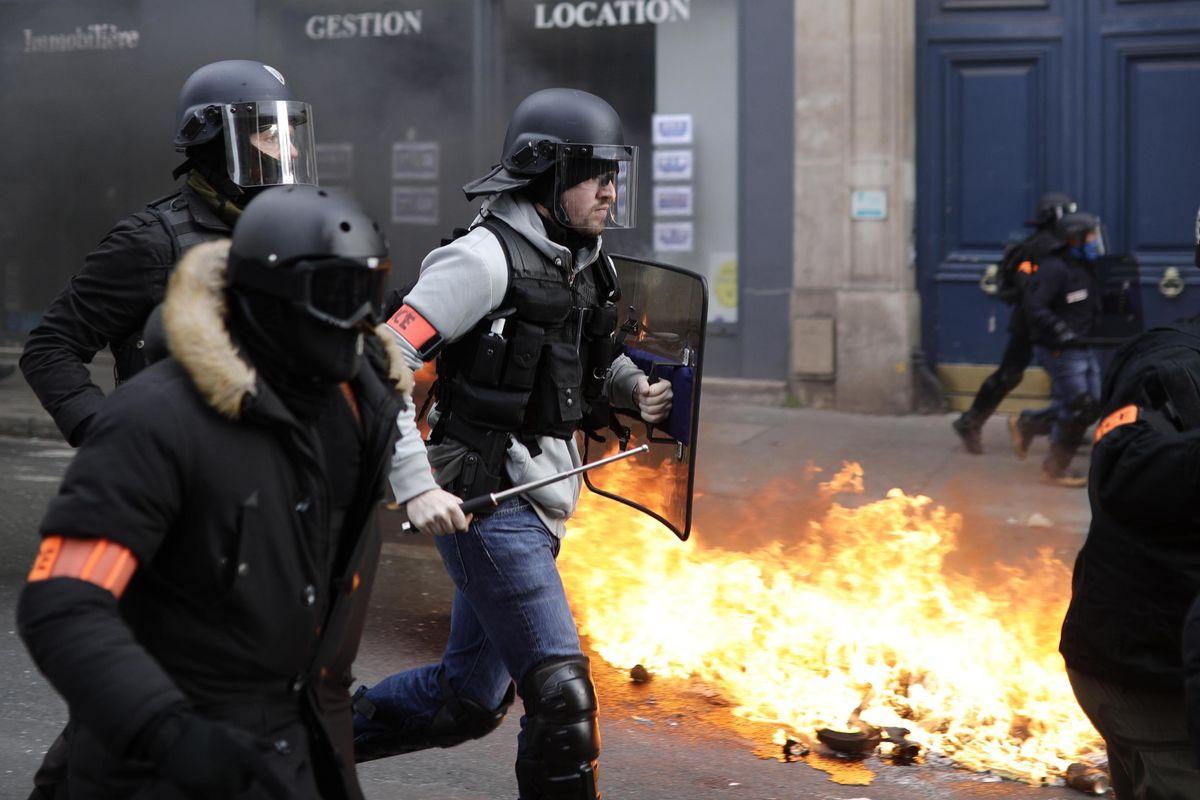 I giubbetti gialli rottamano Macron