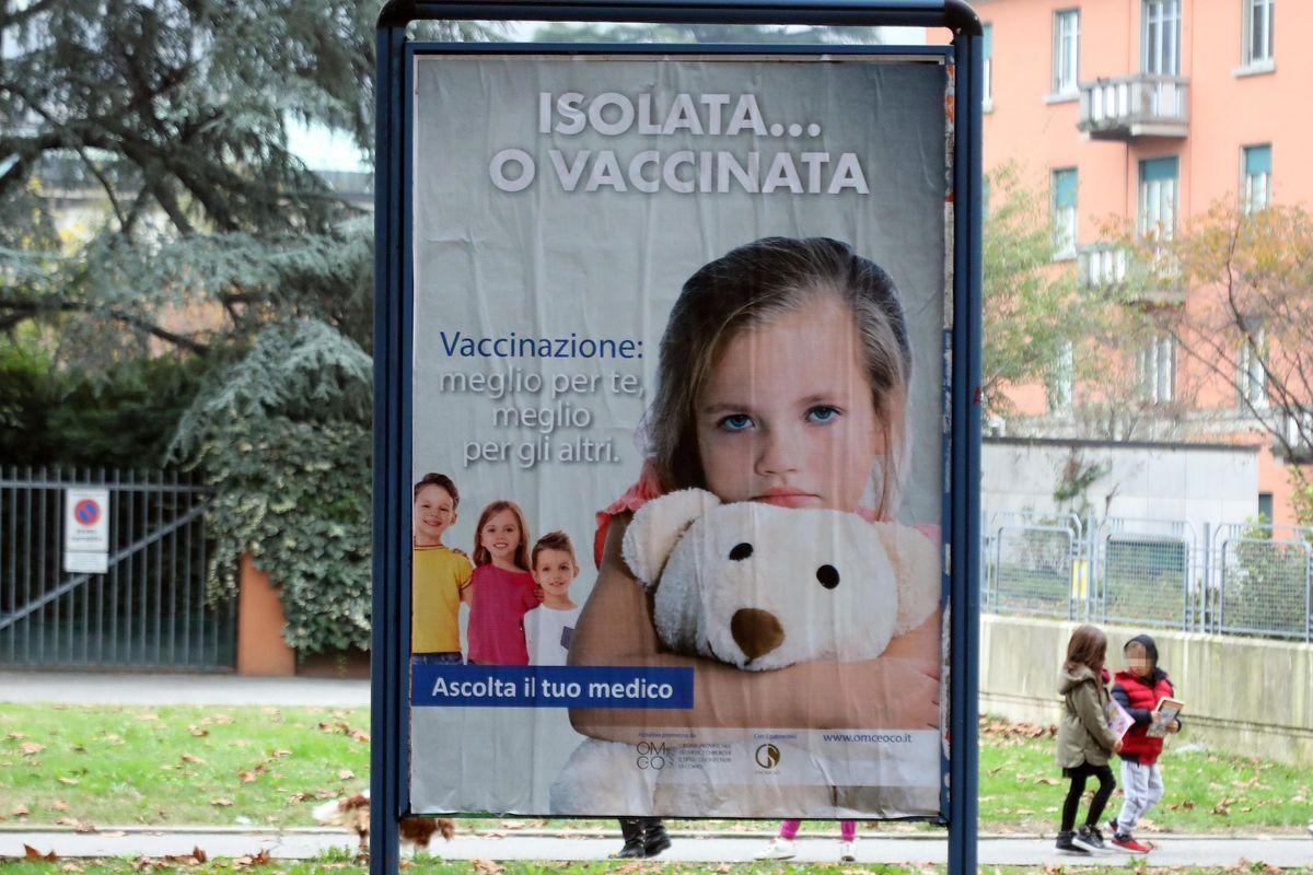 Dopo l'obbligo vaccini più cari. Ma per non dirlo inventano balle