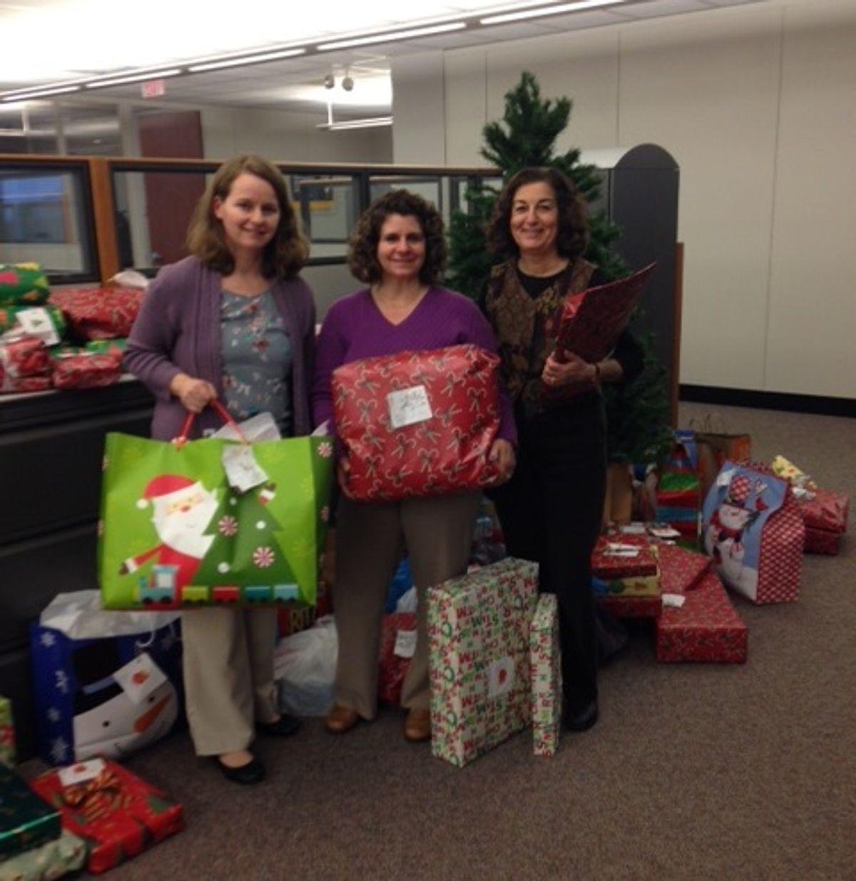 Penske Logistics Associates Make Holidays Bright for Ohio Families
