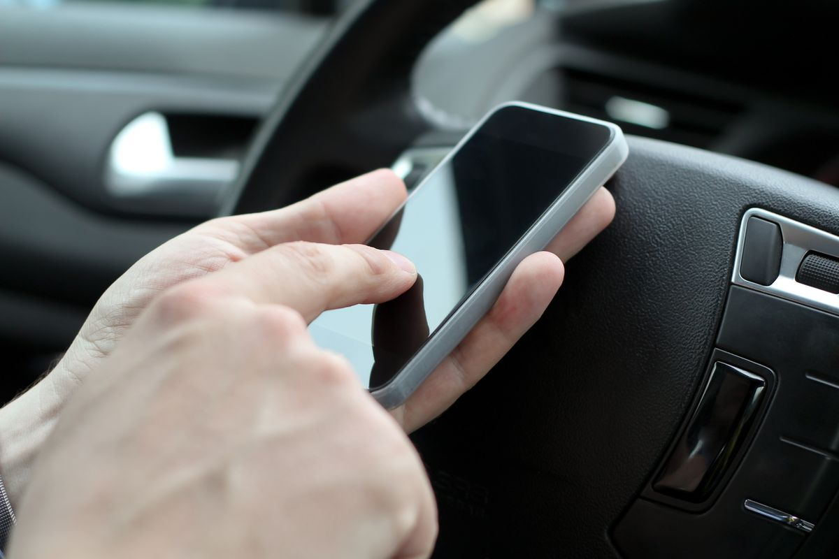 Tips to Avoid Distractions While Driving