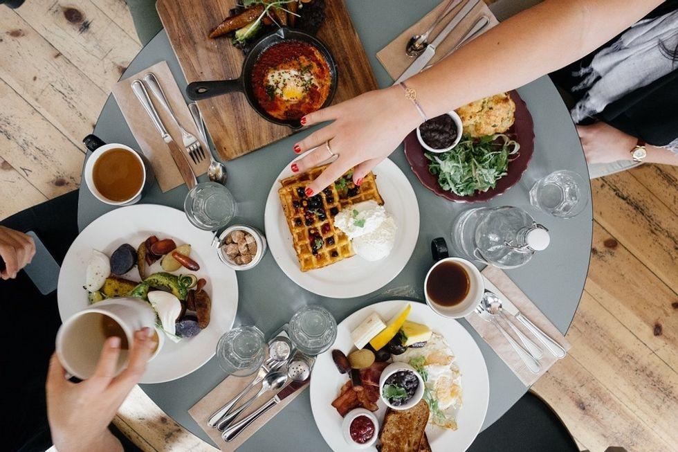 https://pixabay.com/en/breakfast-food-eating-meal-morning-690128/