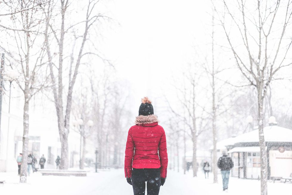 https://picjumbo.com/wp-content/uploads/woman-standing-in-the-middle-of-the-park-in-snowy-weather_free_stock_photos_picjumbo_DSC02626-2210x1474.jpg