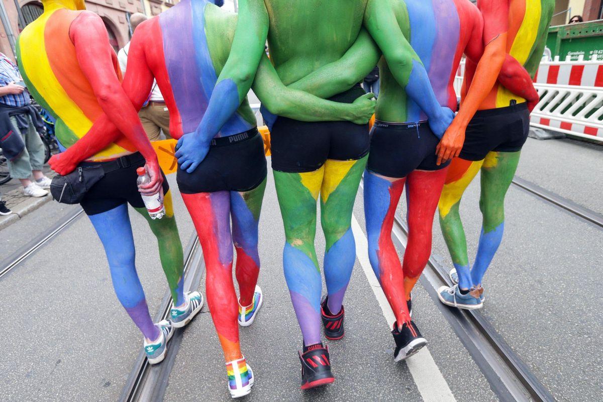 Cari bimbi, oggi facciamo il gay pride. Idea folle in una materna bolognese