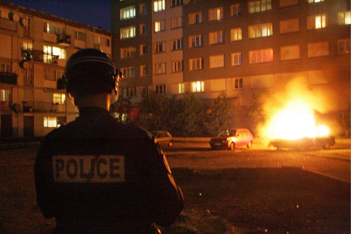 «In un mese 80 licei assaltati e distrutti». Le banlieue francesi fanno di nuovo paura
