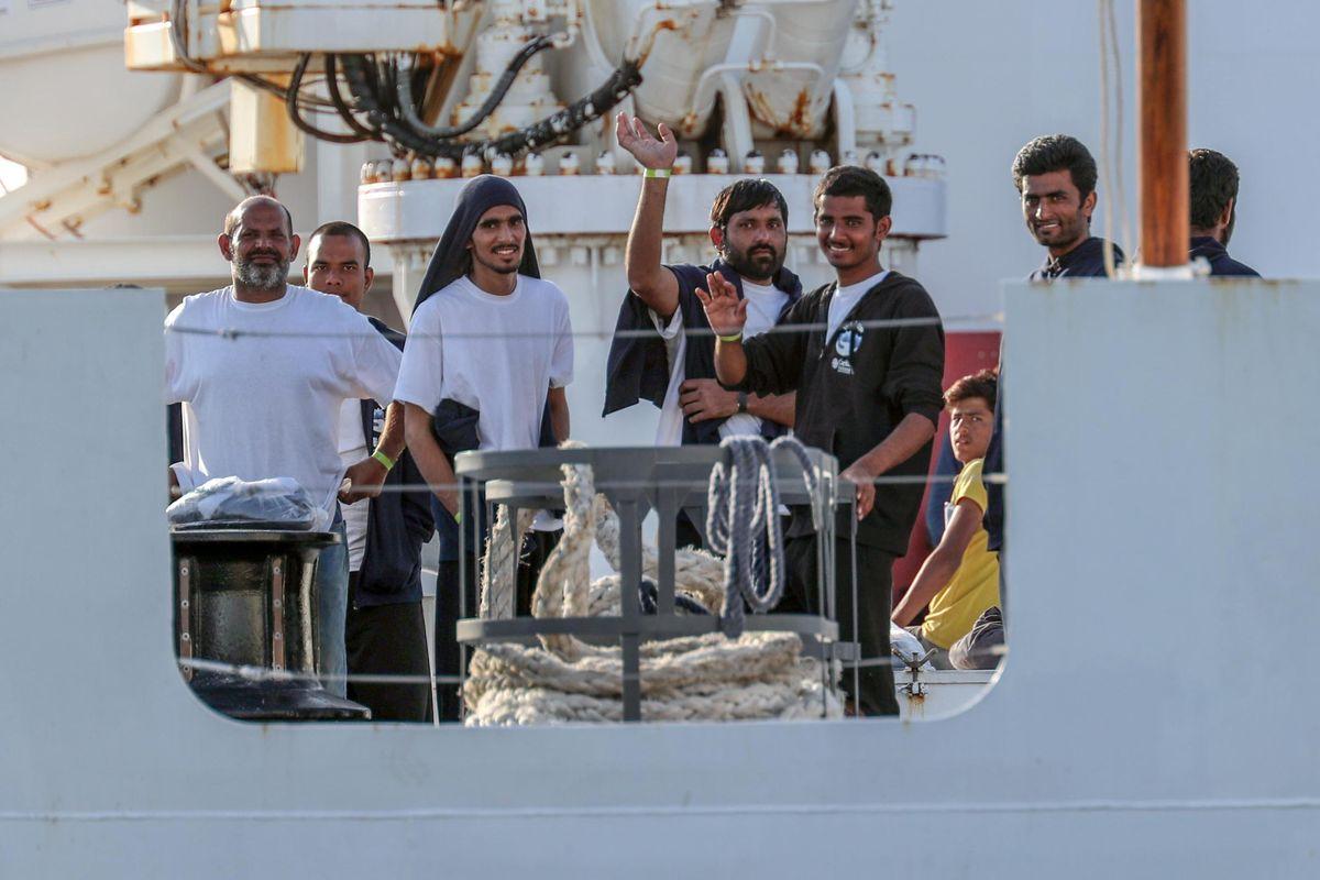 La telefonata di Mattarella a Conte per autorizzare la sbarco di 67 migranti