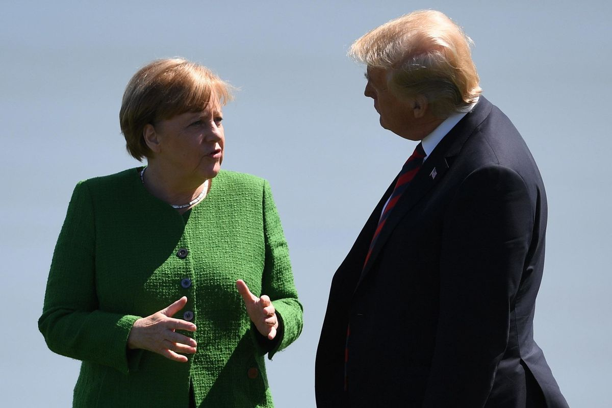 Trump atterra a Bruxelles e schiaffeggia la Merkel: «Sei succube della Russia»