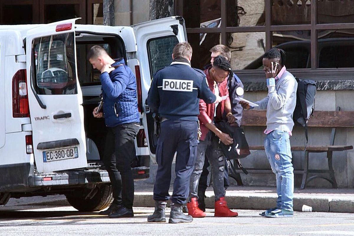 Vassalli della Francia: Macron ci invade con i suoi gendarmi